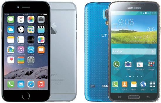 アップルのiPhone6(左)とサムスン電子のギャラクシーS5(右)