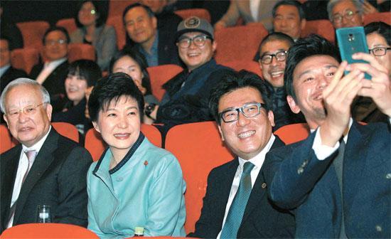 朴大統領が28日、今年初めての「文化の日」行事で、ソウル龍山の劇場で映画『国際市場』を観覧した。朴大統領はユン・ジェギュン監督をはじめ、ファン・ジョンミンさん、キム・ユンジンさん、オ・ダルスさんら主演俳優および関係者と懇談会を開き、映画現場の話を聞いた。左から孫京植CJグループ会長、朴大統領、ユン監督、俳優ファン・ジョンミンさん。(写真=青瓦台写真記者団)