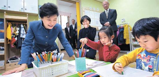 29日、仁川市南洞区にある保育園を訪問した朴槿恵大統領。(写真=青瓦台写真記者団)