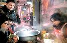 昨年12月31日、仁川の新基市場に訪れた外国人観光客が新起通宝を使ってマンドゥ(餃子)を購入している。