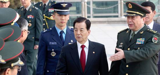韓中国防長官会談が4日午後、ソウル龍山(ヨンサン)の国防部で開かれた。会談の前、韓民求(ハン・ミング)国防部長官(中)が常万全中国国防相(右)から中国側出席者の紹介を受けている。この日、双方は国防部間の直通電話設置のための実務者会議を来週ソウルで開くことにした。