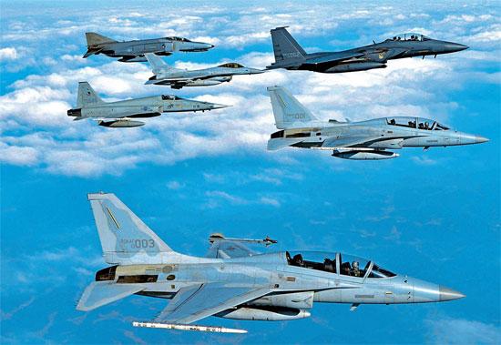 5日、清州市17戦闘飛行団空軍基地などで総合戦闘訓練「ソアリングイーグル」が実施された。右側は上から下へF-15K、2機のFA-50。左側は上から下へF-4、KF-16、F-5戦闘機。(写真提供=韓国空軍)