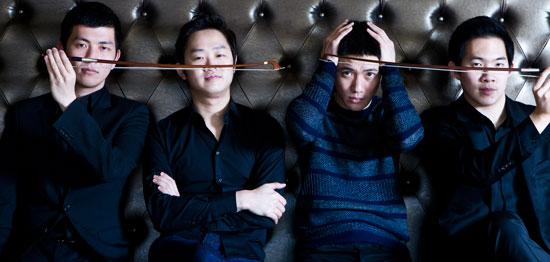 8年前に10~20代の学生が作った弦楽4重奏団ノブース・カルテット。今や世界的な舞台に招かれる室内楽チームになった。お互いの目の高さを合わせたメンバー、(左から順に)ムン・ウンフィ、キム・ジェヨン、キム・ヨンウク、イ・スンウォン。