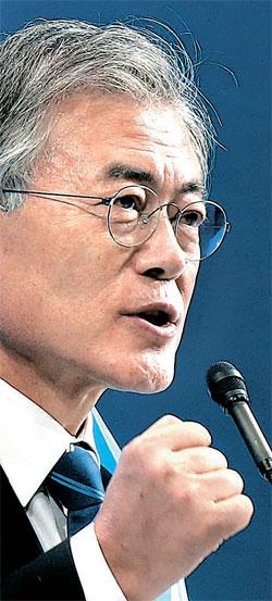 大統領選挙の敗北後25カ月で…文在寅(ムン・ジェイン)議員が8日、ソウルオリンピック公園体操競技場で開かれた全党大会で新政治民主連合の党代表として選出された。文代表は受諾演説で「必ず総選挙勝利で報いる」として「派閥論争をなくす」と明らかにした。