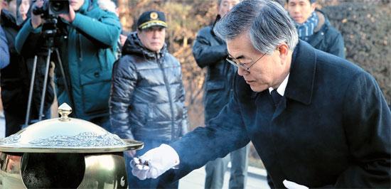 9日午前、ソウル銅雀洞国立ソウル顕忠院の朴正熙元大統領墓地を訪れて焼香を上げている新政治民主連合の文在寅代表。