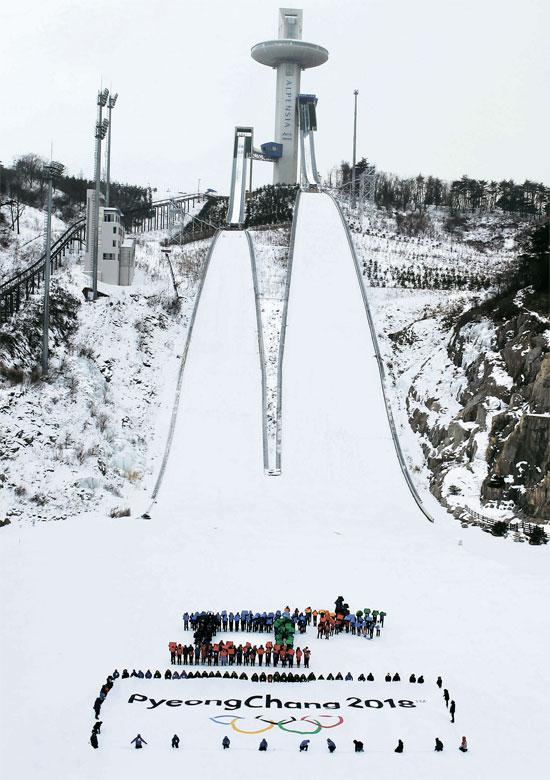平昌(ピョンチャン)冬季オリンピック開幕まで3年となった9日、アルペンシアスキージャンプ場で開かれたプレイベントで、参席者が「ピウプ」と「チウッ」の文字を作るパフォーマンスをしている。(写真=2018平昌冬季オリンピック組織委員会)