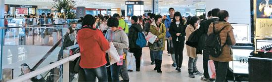 7日、ソウルの第2ロッテワールドショッピングモール8階の化粧品免税店コーナーで人々がショッピングを楽しんでいる。大部分が中国人観光客だ。