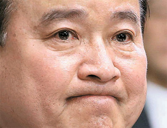 李完九(イ・ワング)首相候補が10日午前、国会人事聴聞特別委で議員の質問を聞いている。李候補は聴聞会を控えて浮上した「言論統制」疑惑について、「申し訳ない。痛烈に反省する」と言いながら頭を下げた。