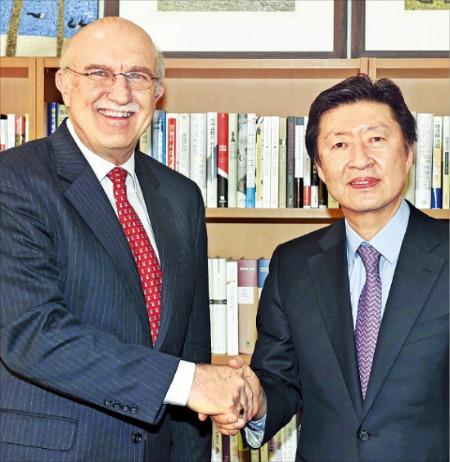ヘリテージ財団国際貿易経済センター長のテリー・ミラー氏(左側)が12日、ソウル中林洞(チュンニムドン)の韓国経済新聞を訪問して金基雄(キム・ギウン)社長と歓談している。(写真提供=韓国経済新聞社)