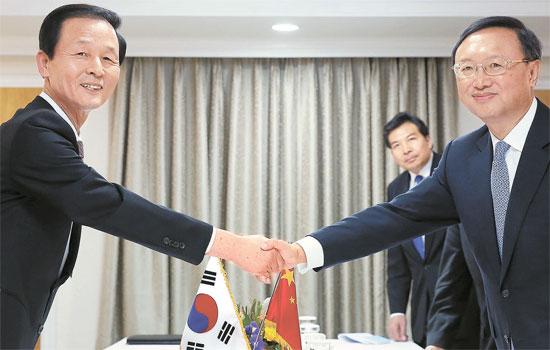 2013年11月18日、金章洙(キム・ジャンス)当時の国家安保室長(写真左)が青瓦台(チョンワデ、大統領府)で楊潔チ中国外交担当国務委員と韓中初めての高官級外交安保戦略対話を行った。(写真=中央フォト)