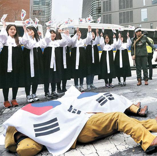 ソウル中学洞の日本大使館の前で、市民団体と学生らが3・1独立運動と独立軍の活躍を再現したパフォーマンスを行っている。