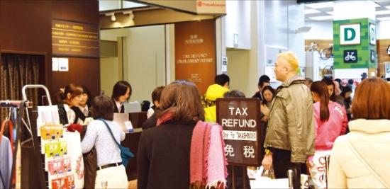 春節連休の最中だった21日、東京にある高島屋百貨店新宿店の免税カウンターに中国人観光客が列を作っている。