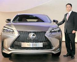 日本車がユーロ6をテコに市場奪還に乗り出した。吉田明久韓国トヨタ社長が新車レクサスNX 200tを公開している。(写真=韓国トヨタ)