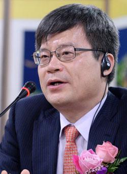 天野浩教授が青色LED研究とノーベル賞受賞について説明している。(写真=成均館大学校)