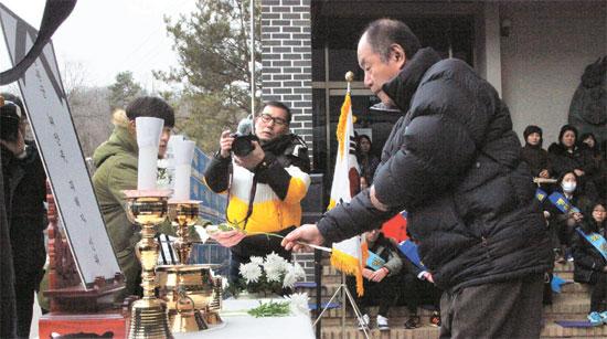 故キム・スンドクさんの息子ヤン・ハンソクさん(67)が先月28日、京畿道光州市「ナヌムの家」で開かれた「慰安婦追慕祭」で献花している。キムさんは「ナヌムの家」の前に慰安婦被害者11人とともに安置されている。(写真=ナヌムの家)