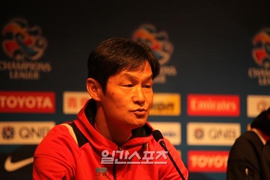 FCソウルの崔龍洙(チェ・ヨンス)監督が鹿島アントラーズ(日本)戦を翌日に控えた3日、記者会見している。