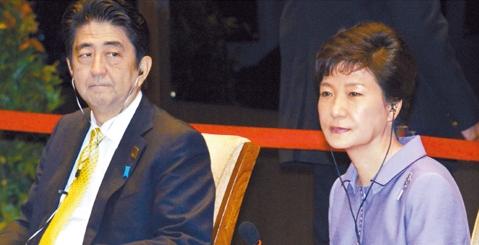 2013年10月、インドネシアのバリで開かれたアジア太平洋経済協力会議(APEC)首脳会議で朴槿恵(パク・クネ)大統領と安倍晋三首相が参席者の発言を傾聴している。(写真=中央フォト)