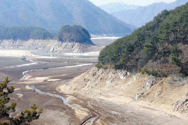 7日、江原道麟蹄郡南面(インジェグン・ナムミョン)の昭陽ダム上流のダム底が広々と見えている。