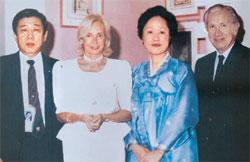 故サマランチIOC委員長(右側)夫妻と金雲竜元IOC副委員長夫妻。サマランチ委員長は11歳も年上だったが、お互い兄弟と呼ぶほど親しかった。