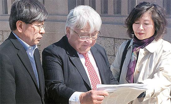 安倍晋三日本首相の米国議会演説を阻止するためのキャンペーンを行っている米国の韓国系団体会員が18日(現地時間)、ワシントンでマイク・ホンダ連邦下院議員(真ん中)とともに記者会見をした。左はキム・ドンソク市民参加センター常任理事、右はイ・ジョンシル・ワシントン地域挺身隊問題対策委員会会長。(写真=市民参加センター)