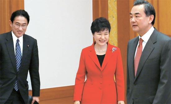 朴槿恵(パク・クネ)大統領は21日、青瓦台(チョンワデ、大統領府)で韓日中外相会談出席のために訪韓した岸田外相(左)と王毅中国外相(右)に会った。朴大統領は「世界総生産の25%以上を占める北東アジアで信頼が構築されれば、飛躍的な発展に向けた転機を迎えるだろう」と述べた。(写真=青瓦台写真記者団)