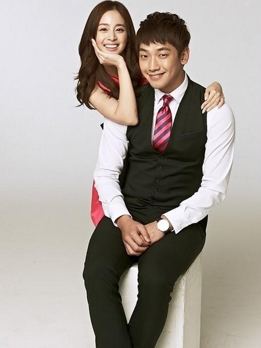 女優のキム・テヒ(左)と歌手のRAIN