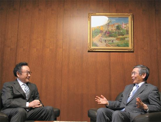 司空壱中央日報顧問が20日に日本銀行の執務室で黒田東彦総裁と会った。黒田総裁は司空顧問と財務省官僚時代から20年の知己だ。