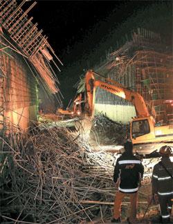 25日、京畿道龍仁市処仁区の橋梁床板崩壊現場で警察と消防当局がフォークレーンを動員して負傷人の救助作業を行っている。同日の事故で作業員1人が亡くなり8人が重軽傷を負った。