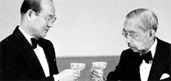 全斗煥(チョン・ドゥファン)元大統領(左)が1984年、日本を国賓訪問し、裕仁天皇と乾杯している。(中央フォト)