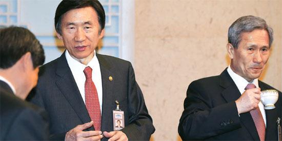 尹炳世(ユン・ビョンセ)外交部長官(真ん中)が31日、青瓦台国務会議に出席した。尹長官は先月30日に開かれた在外公館長会議で、米国の高高度ミサイル防衛(THAAD)体系と中国主導のアジアインフラ投資銀行(AIIB)参加問題による外交の乱脈について「ジレンマではなく祝福」と述べ、論議を呼んだ。右側は金寛鎮(キム・グァンジン)国家安保室長。