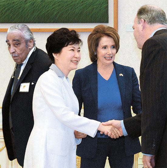 2日午後、青瓦台で朴槿恵大統領が米国下院代表団と面会した。左側からチャールズ・ランゲル民主党議員、朴大統領、ペロシ下院議長、ダン・キルディー民主党議員。(写真=青瓦台写真記者団)