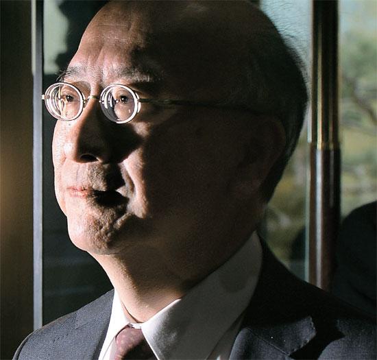 趙太庸(チョ・テヨン)外交部第1次官が6日午後、別所浩郎駐韓日本大使を外交部庁舎に呼び、日本政府が独島領有権の主張を強化した教科書を検定で通過させたことに対し強く抗議した。別所大使が外交部庁舎に入っている。
