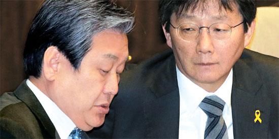 金武星(キム・ムソン)セヌリ党代表(左)と劉承ミン(ユ・スンミン)院内代表が14日、国会本会議場で話している。金代表はこの日、「成完鍾(ソン・ワンジョン)リスト」に関し、「特検を避けるつもりはない」とし「現在の特別捜査チームが迅速かつ厳正に捜査をきちんとすることをもう一度求める」と述べた。