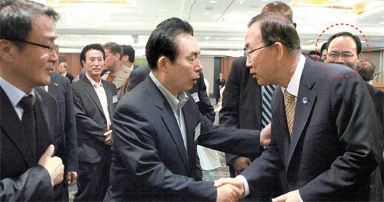 2013年8月26日、ソウルロッテホテルで開かれた忠清(チュンチョン)フォーラム行事で潘基文(パン・ギムン)国連事務総長(写真右)がセヌリ党李仁済(イ・インジェ)議員と握手している。当時、潘総長は休暇で帰国していた。成完鍾(ソン・ワンジョン)元京南企業会長(円で囲った中)、洪準杓(ホン・ジュンピョ)慶南(キョンナム)知事に1億ウォンを渡した疑惑を受けているユン・スンモ元京南企業副社長(前列左側)も行事に参加していた。潘総長は成元長が2000年に作った忠清フォーラムの創立メンバーだ。(写真=時事ジャーナル)