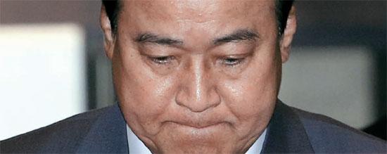 李完九(イ・ワング)国務首相が20日深夜、辞意を表明した。2月17日に首相に就任して63日目、成完鍾(ソン・ワンジョン)リストに名前が出てから11日目だ。16日、国会本会議に出席する李首相。