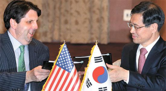 朴魯壁(パク・ノビョク)外交部原子力協力大使(写真右)とマーク・リッパート駐韓米大使が22日、ソウル外交部庁舎で「政府と米合衆国政府間の原子力の平和的利用に関する協力協定」に仮署名した。1973年以降42年ぶりにつくられた新協定では、韓国が米国産ウランを低濃縮できる根拠条項が明示された。