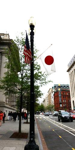 安倍晋三首相の訪米を翌日に控えた25日(現地時間)、米ワシントンのあちこちで星条旗と日章旗が並んでいる。