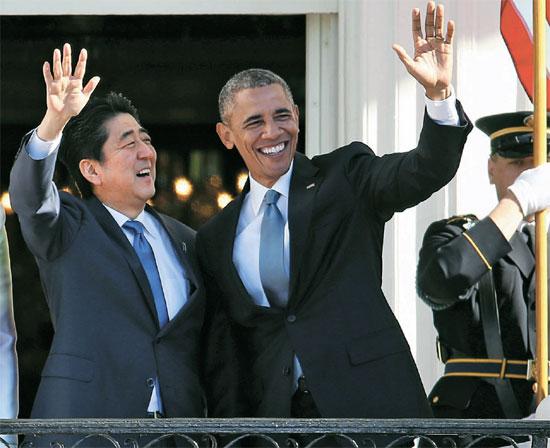 28日(現地時間)にホワイトハウスで開かれた安倍晋三首相歓迎行事で、オバマ大統領(右)と安倍首相が手を振っている。日本首相がホワイトハウスの国賓級待遇を受けたのは2006年の小泉純一郎首相以来9年ぶり。