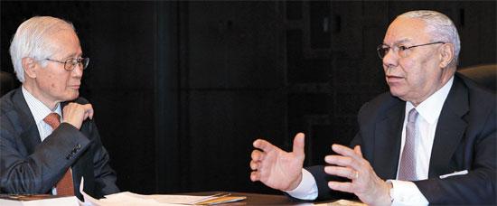 三極委員会に出席したパウエル元米国務長官(右)が金永熙(キム・ヨンヒ)論説委員と向かい合って座り、貧困の中で育った個人史、統合参謀本部議長として湾岸戦争に臨んだことなどを話した。また、国務長官として対北朝鮮関係の改善に努力したが、結果は失望ばかりだったと振り返った。