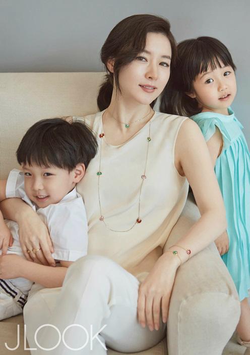 女優イ・ヨンエと双子のグラビアショット(写真提供=JLOOK)