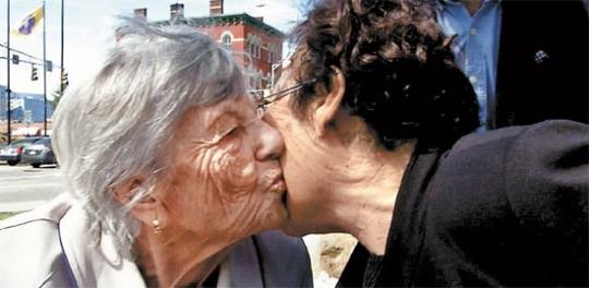 先月30日、米ニュージャージーでホロコースト生存者のエーデル ケッツさん(左)と慰安婦被害者の李容洙(イ・ヨンス)さんが会った。ケッツさんはイさんに「二人の友、一つの心」と語った。