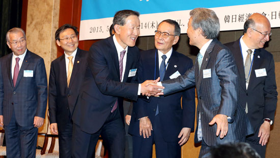 13日、ソウル中区小公洞のロッテホテルで開かれた韓日経済人会議の開幕に先立ち、許昌秀(ホ・チャンス)全経連会長(左から3人目)と榊原定征経団連会長が握手している。左から金仁浩(キム・インホ)韓国貿易協会会長、文在ド(ムン・ジェド)産業通商資源部次官、許会長、佐々木幹夫日韓経済協会会長、榊原会長、別所浩郎駐韓日本大使。