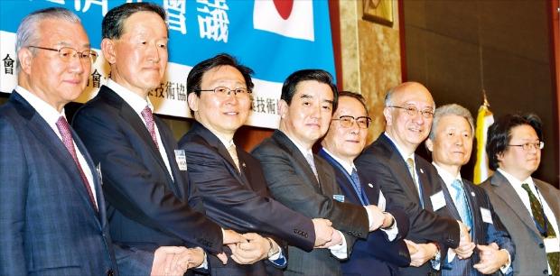 「第47回韓日経済人会議」が13日ソウル小公洞(ソゴンドン)のロッテホテルで開かれた。韓国と日本の企業家や経済関係者らが手を取り合っている。