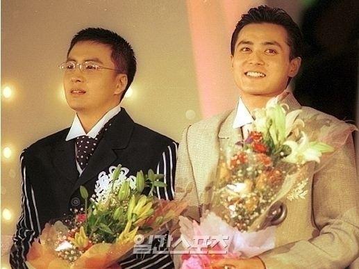1997年当時のペ・ヨンジュン(左)。右はチャン・ドンゴン。