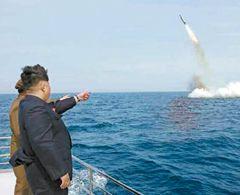 労働新聞に掲載されたSLBM発射実験を見守る金正恩。