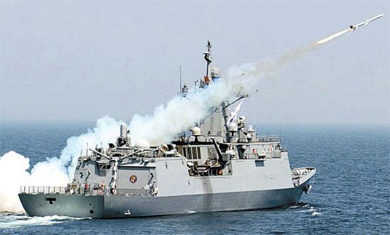 19日、慶尚北道蔚珍郡の竹辺沖で行われた艦対艦誘導弾発射訓練で、フリゲート艦「京畿」から艦対艦ミサイル「海星-1」が発射されている。(写真=韓国海軍)