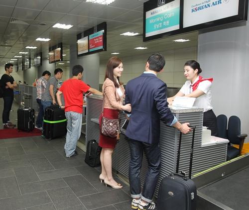 仁川空港鉄道ソウル駅都心空港ターミナルでのチェックインの様子。