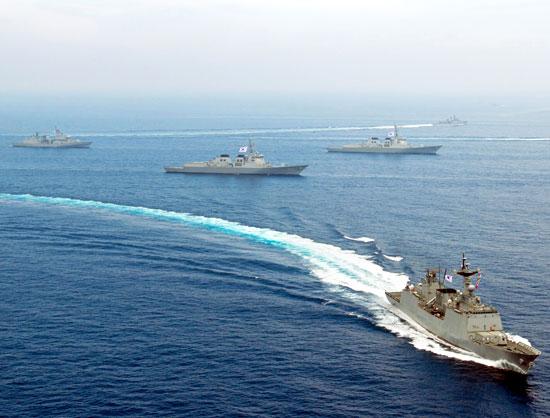 1日、済州道東方沖で韓国型駆逐艦「崔瑩」(右手前)などが参加し、韓米統合対潜戦演習」が実施された。(写真提供=韓国海軍)