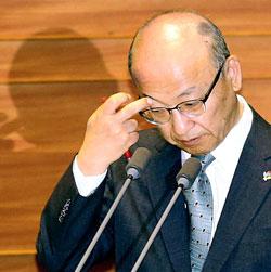 文亨杓(ムン・ヒョンピョ)保健福祉部長官が8日、野党議員の辞任要求について「最善を尽くしてMERS事態を早期安定させる」として即答を避けた。
