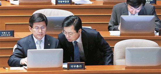 対政府質問の答弁を準備する黄教安(ファン・ギョアン)新首相(左)。右後ろは尹炳世(ユン・ビョンセ)外交部長官。